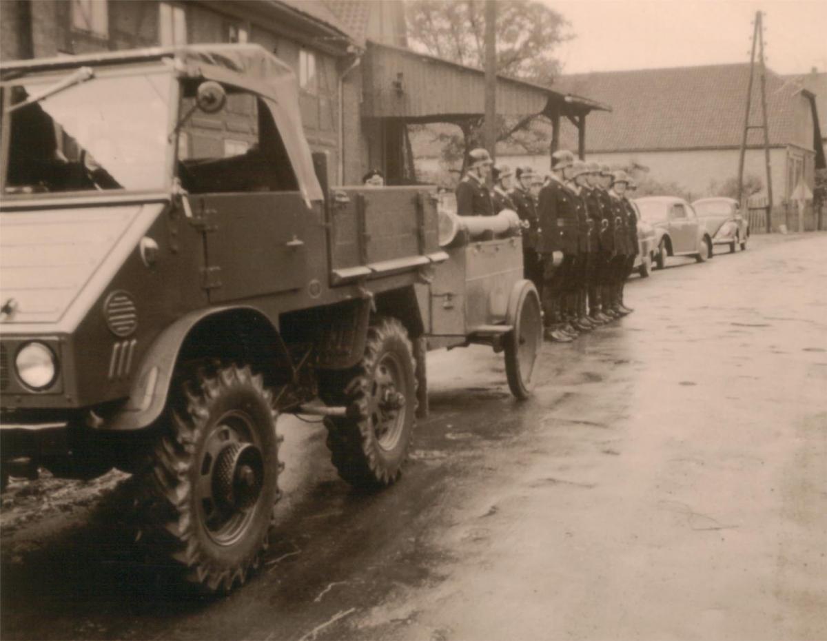 Unimog mit Motorspritzenanhänger 1947